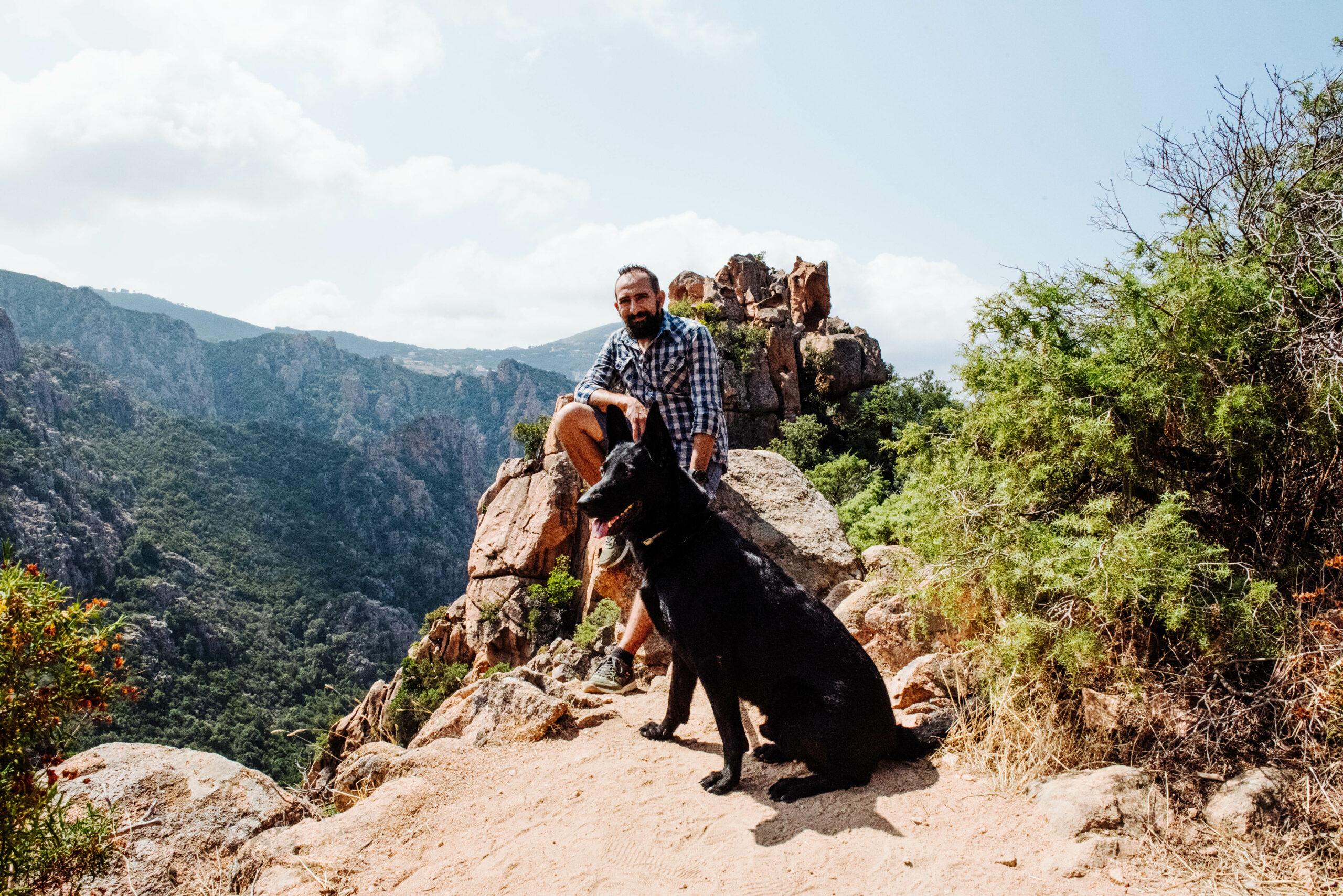 Alaa und Hund Ryok in den Calanche auf Korsika